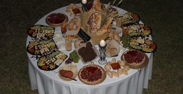 Catering rústico - mesa de embutidos y quesos artesanales.